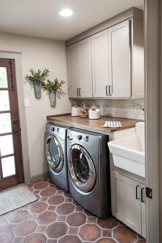 Piso hexagonal marrom para lavanderia