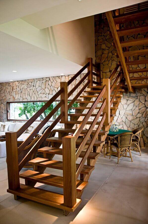 escada de madeira interna para decoração de casa com parede de pedra Foto Pinterest