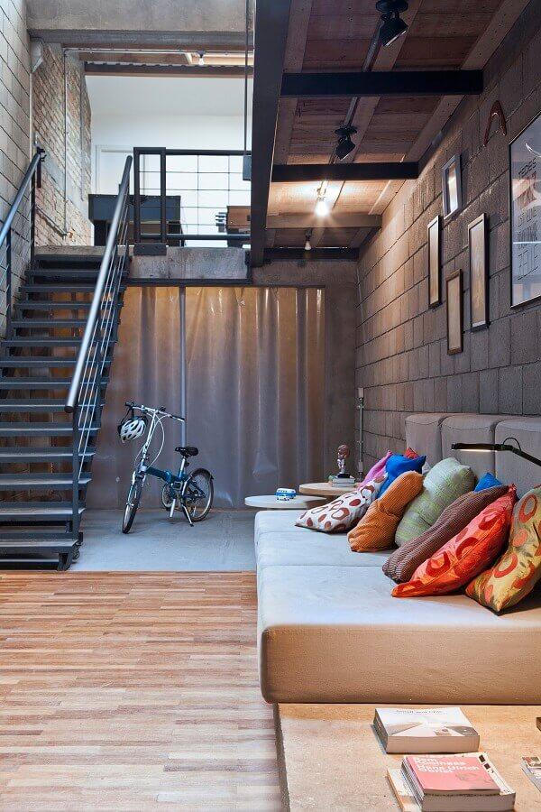 escadas internas de ferro para decoração de sala estilo industrial Foto Plataforma Arquitectura