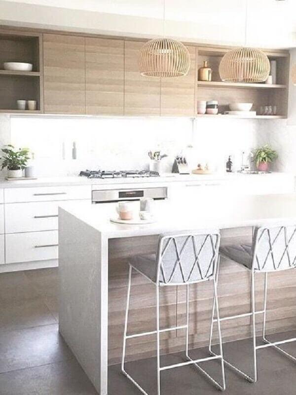 gabinete e banqueta branca estofada para decoração de cozinha planejada com armário aéreo de madeira Foto Pinterest