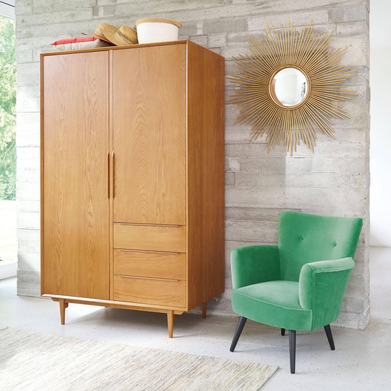Guarda roupa rustico de madeira com poltrona verde