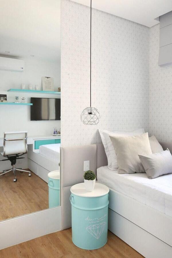 ideias para decorar quarto branco com tonel azul tiffany Foto Pinterest