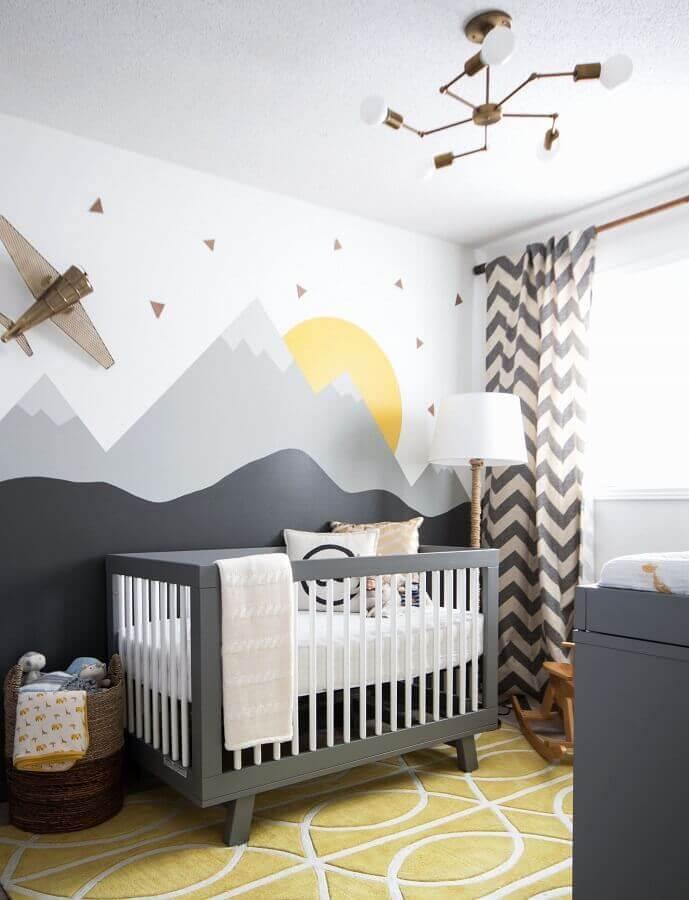ideias para quarto de bebê cinza e branco decorado com adesivo de montanhas Foto Pinterest