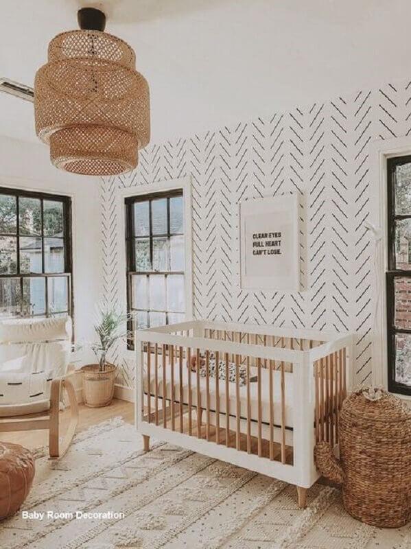 ideias para quarto de bebê decorado em cores claras com lustre rústico Foto Hunker