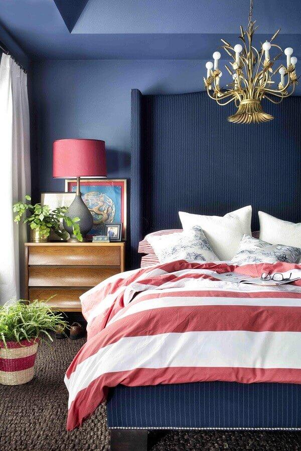 ideias para quarto de casal azul e rosa decorado com lustre dourado Foto Studio Lab Decor
