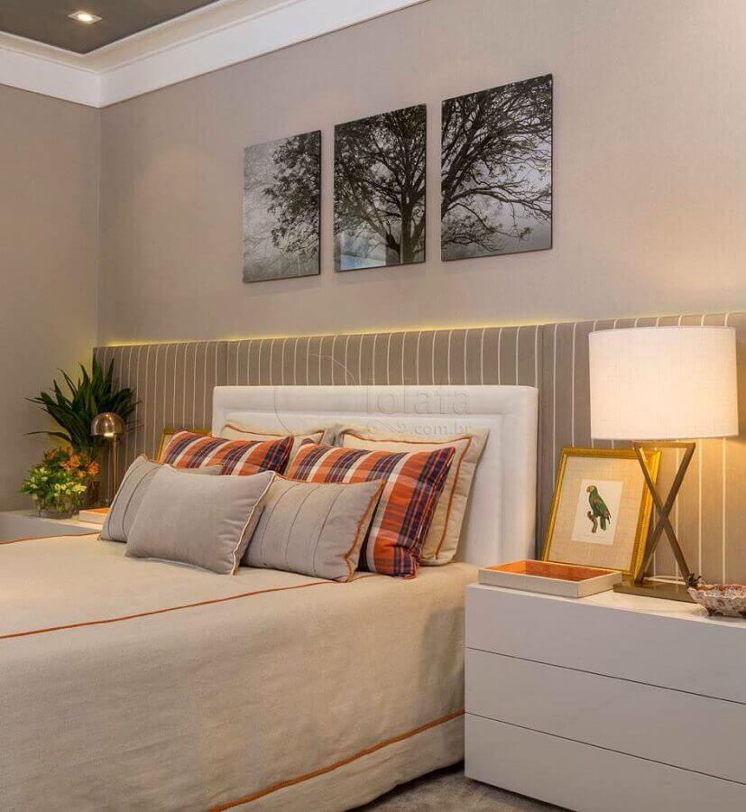 ideias para quarto de casal decorado em cores claras com cabeceira estofada Foto Jeito de Casa