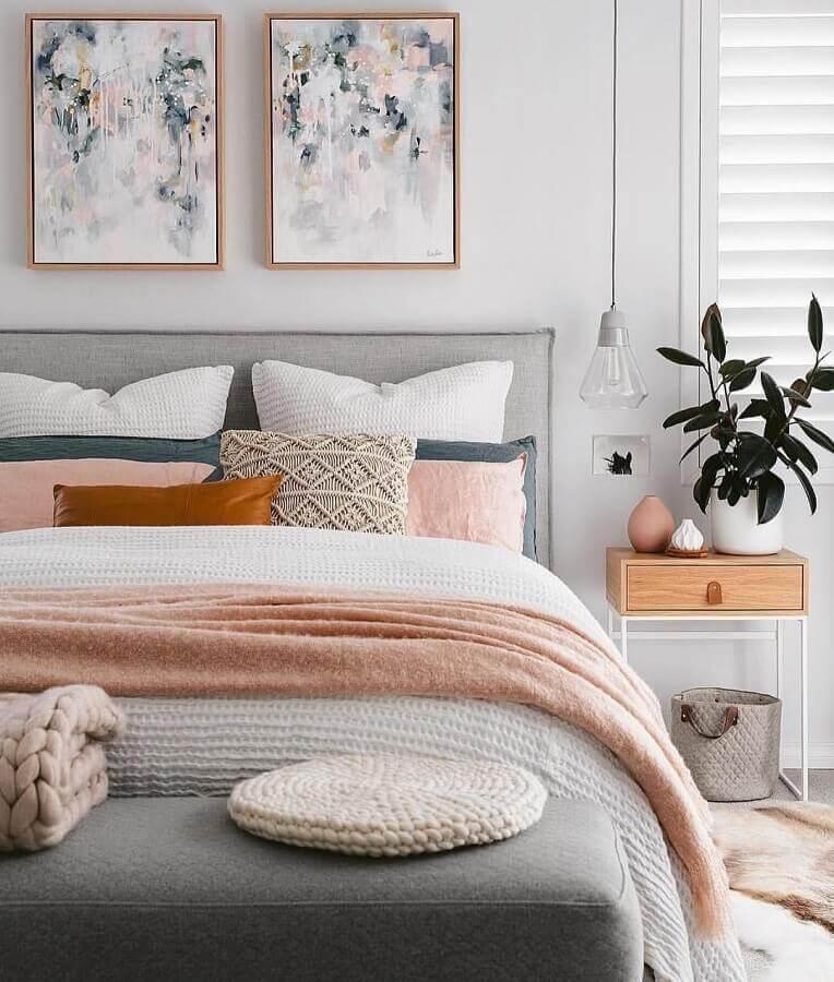 ideias para quarto decorado com cores claras com várias almofadas e cabeceira estofada Foto Histórias de Casa