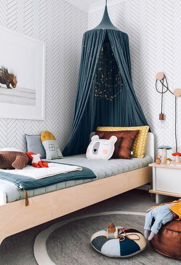 ideias para quarto infantil decorado com papel de parede delicado e dossel Foto Pinterest