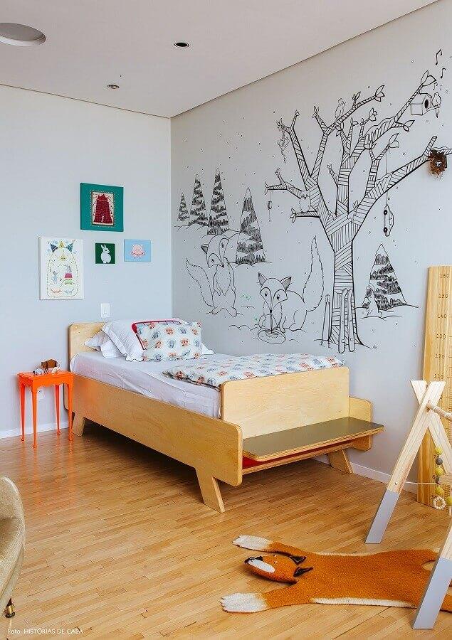 ideias para quarto infantil simples decorado com adesivo de parede e cama de madeira Foto Histórias de Casa