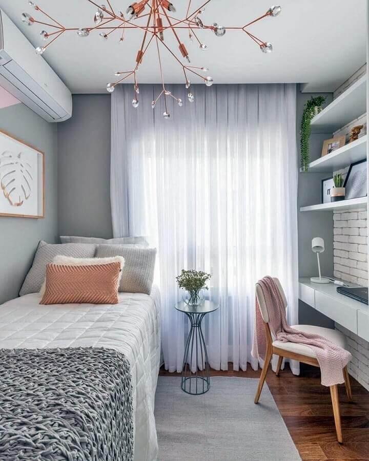 ideias para quarto pequeno decorado em tons de cinza com bancada planejada Foto Sua Decoração