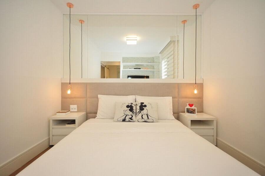 ideias para quarto pequeno todo branco decorado com cabeceira bege Foto Pinterest