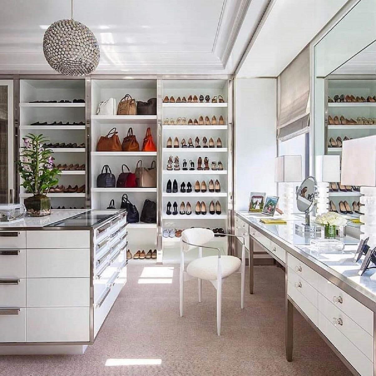 ilha para armário closet grande decorado com cadeira moderna para penteadeira Foto Pinterest
