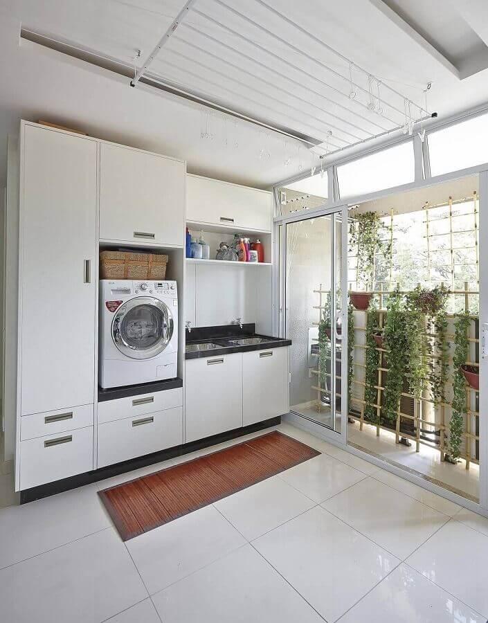 lavanderia grande decorada com armário branco Foto Ana Luisa Previde