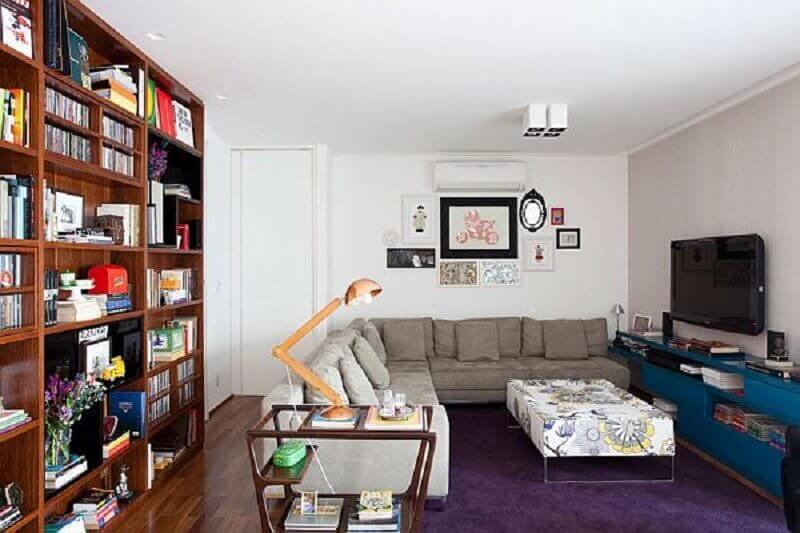 luminária de mesa para sala de estar decorada com estante de madeira Foto Homedit