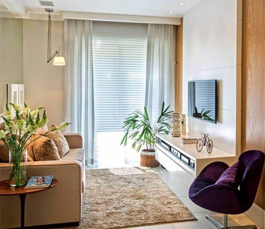 luminária de teto para sala de estar bege decorada com poltrona roxa Foto Muito Chique