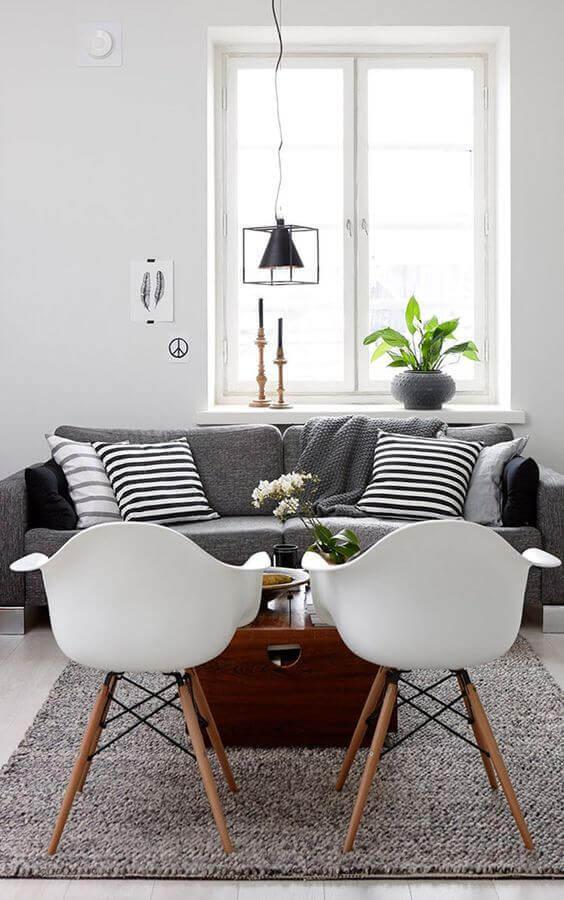 luminária de teto para sala de estar branca decorada com sofá cinza Foto Casa de Valentina