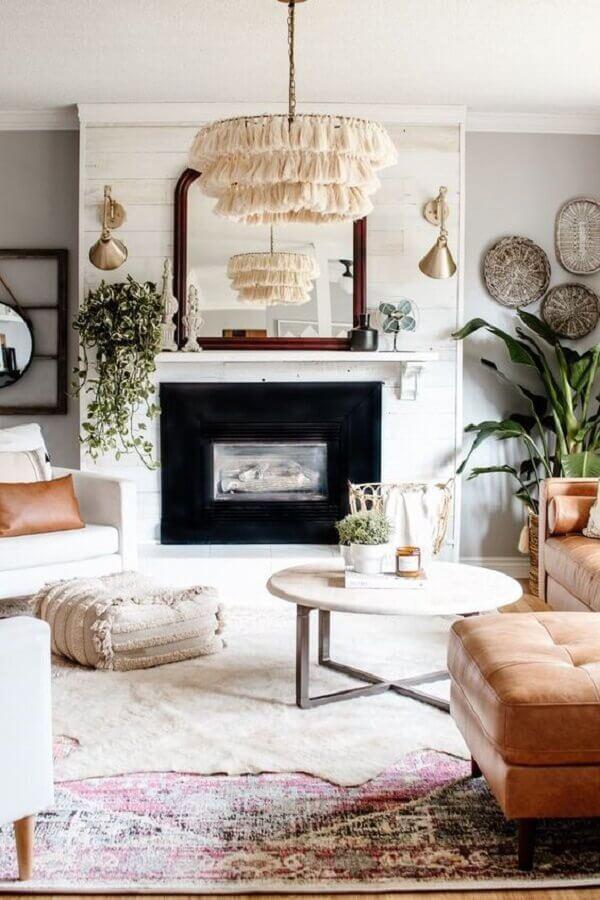 luminária de teto para sala de estar clean decorada com sofá de couro e lareira Foto Our Faux Farmhouse
