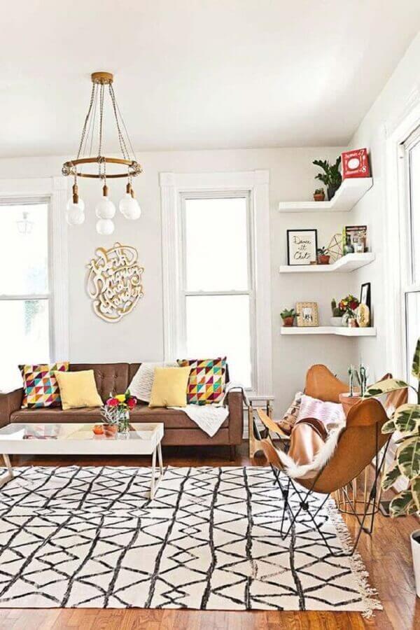 luminária de teto para sala de estar decorada com sofá marrom e poltrona moderna Foto Inamar Militino
