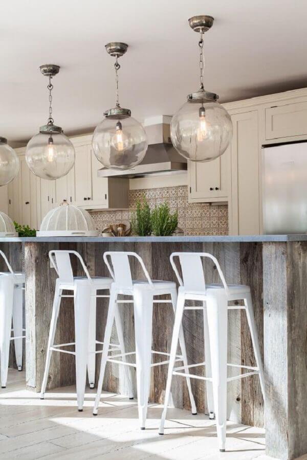 luminária de vidro e banqueta branca para decoração de cozinha clássica Foto Home Fashion Trend