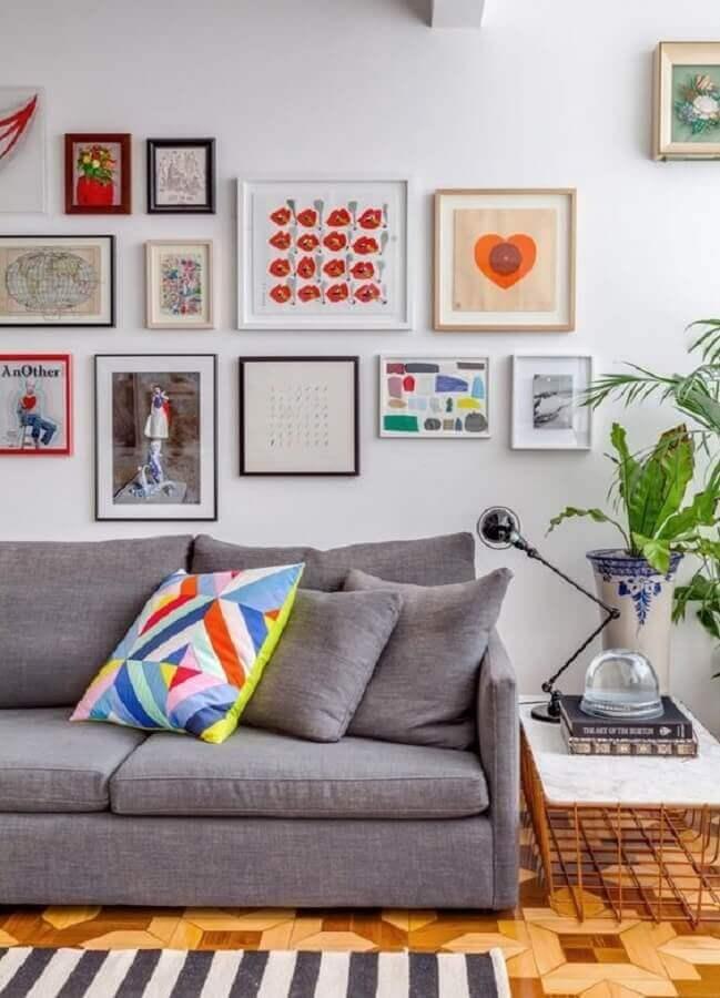 luminária para sala de estar decorada com sofá cinza e quadros de parede Foto Histórias de Casa