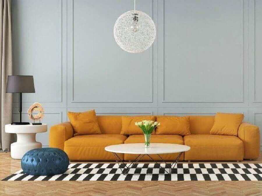 luminária para sala de estar decorada com sofá grande amarelo Foto Istock