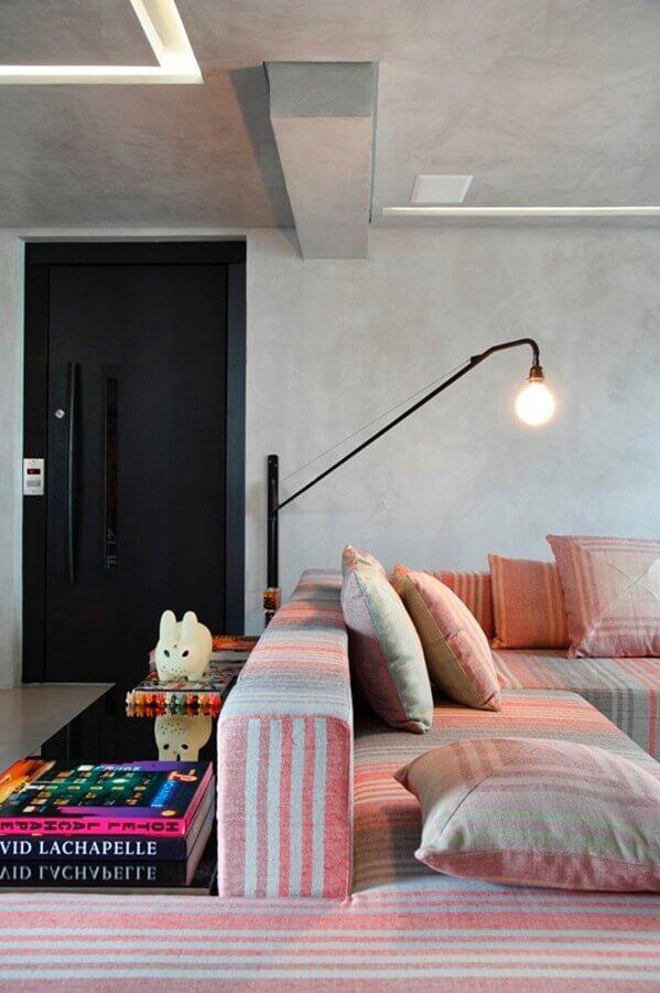 luminária para sala de estar moderna decorada com parede de cimento queimado Foto Fashionismo