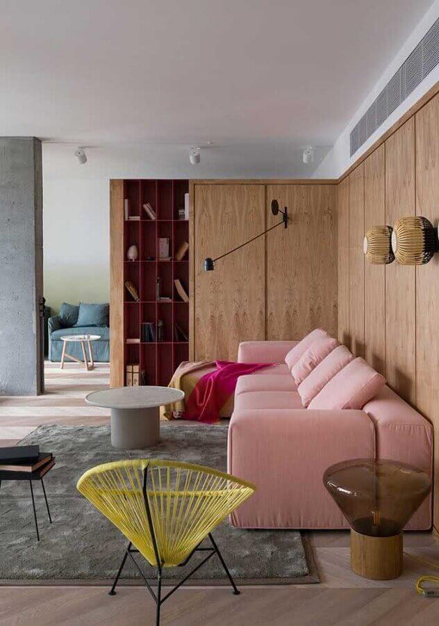 luminária para sala de estar moderna decorada com sofá rosa e parede amadeirada Foto Jeito de Casa