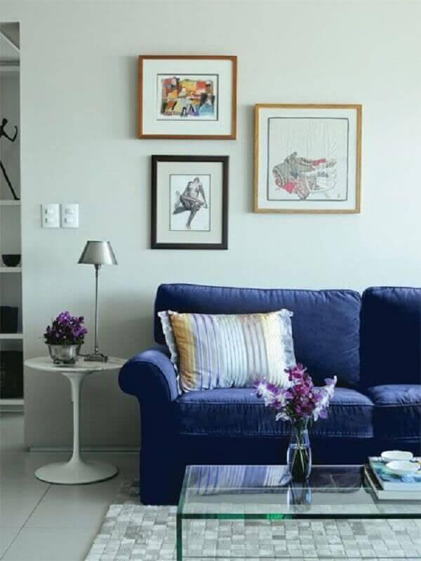 luminária para sala de estar simples decorada com sofá azul escuro Foto Simples Decoração