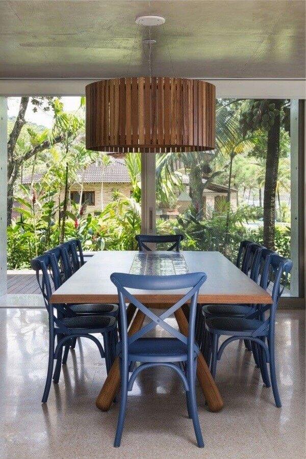 luminária pendente de madeira para decoração de sala de jantar com cadeiras azuis Foto Casa de Valentina