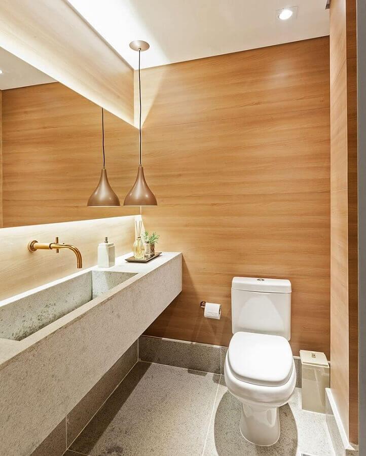 luminária pendente para banheiro decorado com parede amadeirada Foto Pinterest