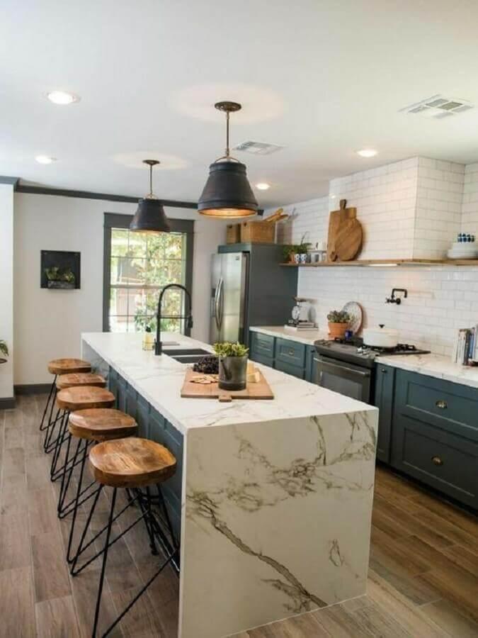 luminária pendente para cozinha com ilha decorada com armários estilo vintage Foto Pinterest