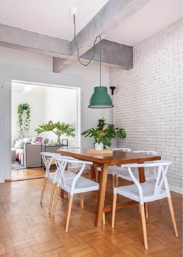 luminária pendente para mesa de jantar de madeira decorada com cadeiras brancas Foto Dicas de Mulher