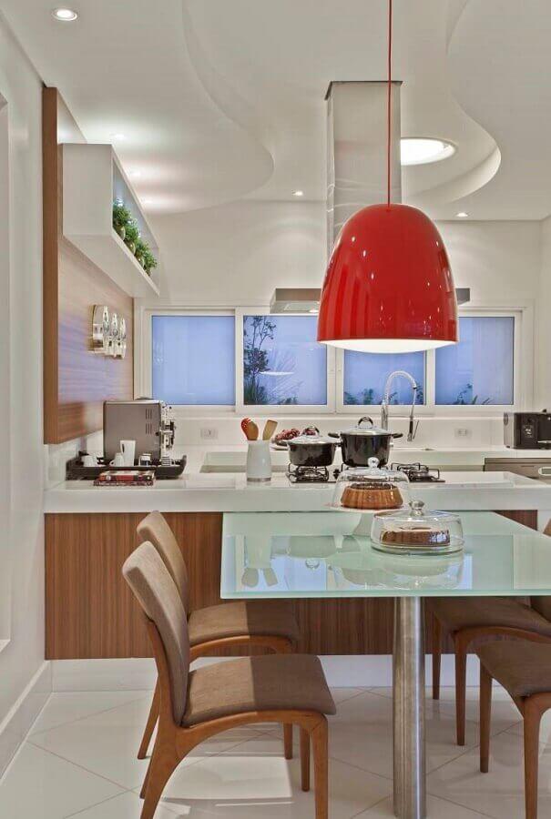 luminária vermelha para decoração de sala de jantar com cozinha americana integrada Foto Aaron Guides