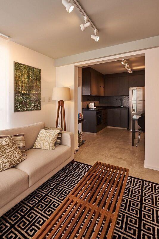 luminárias de piso para sala de estar bege decorada com tapete geométrico Foto Jeito de Casa