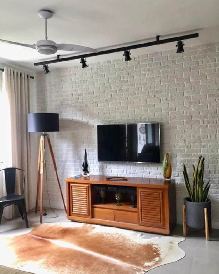 luminárias de piso para sala de estar decorada com parede de tijolinho branco Foto Pinterest