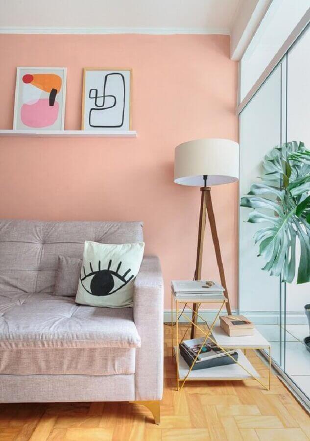 luminárias de piso para sala de estar decorada com parede rosa pastel Foto Histórias de Casa