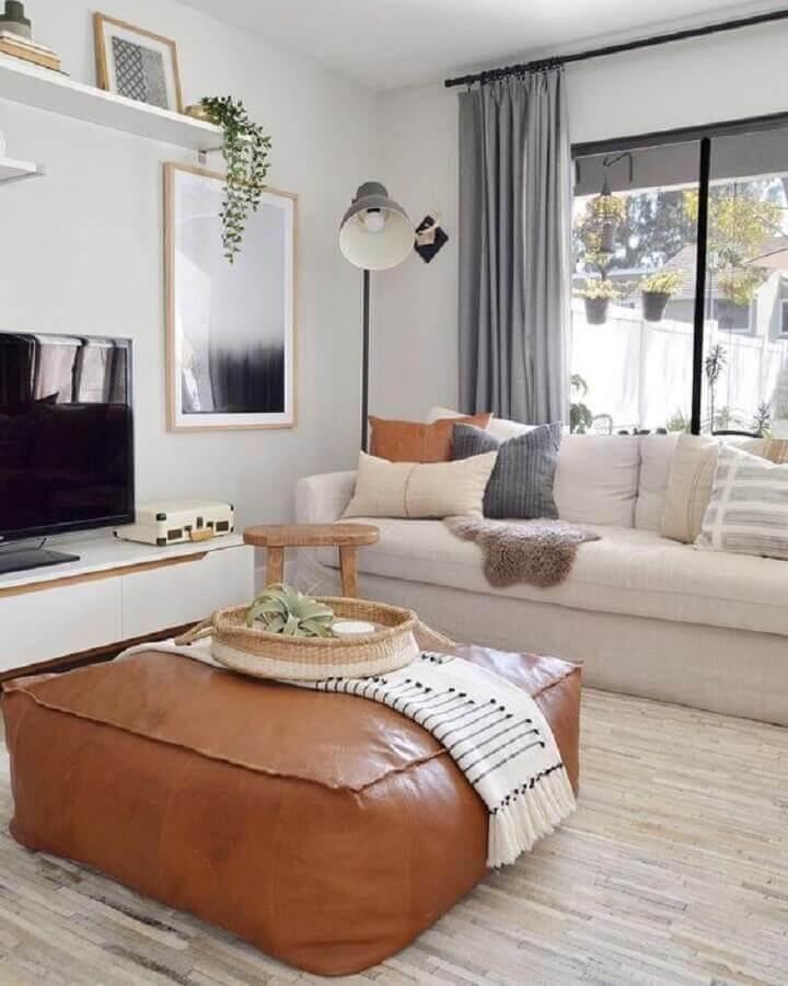 luminárias de piso para sala de estar decorada com puff de couro quadrado Foto The Everygirl