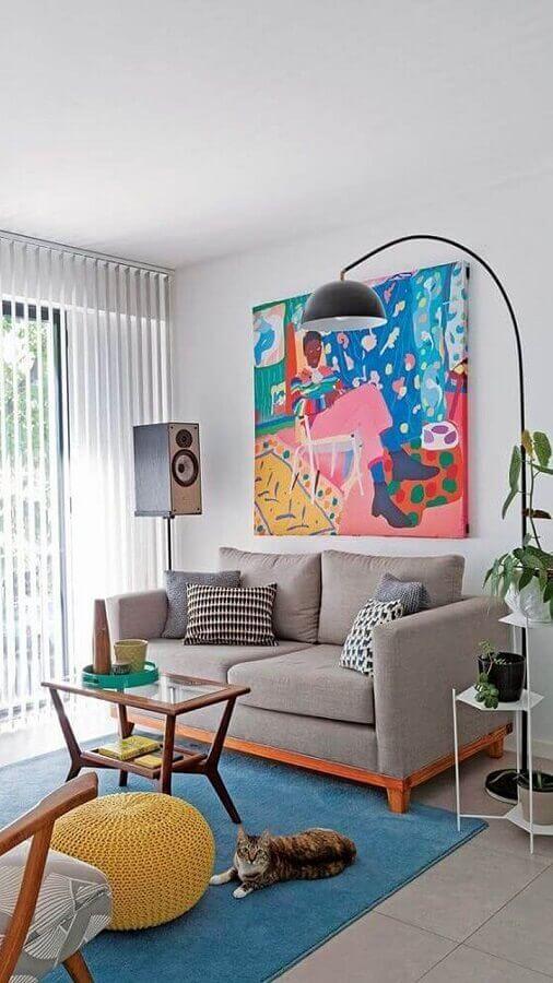 luminárias de piso para sala de estar decorada com quadro grande colorido Foto Pinterest