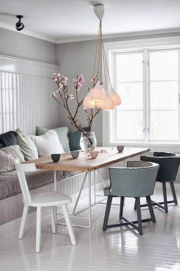 lustre de teto para sala de jantar branca decorada com várias almofadas Foto Pinterest