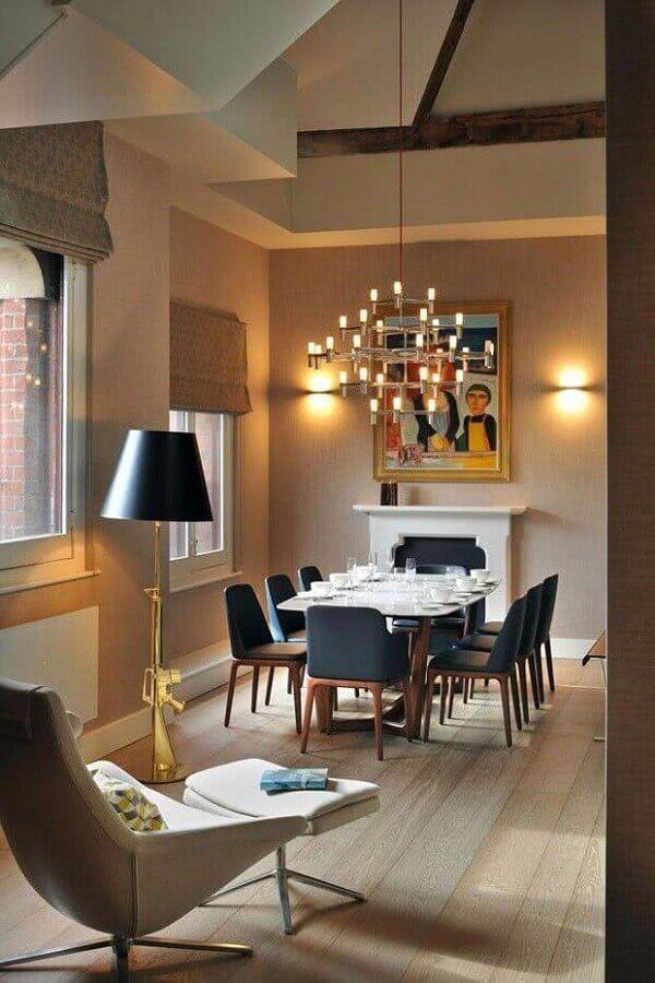 lustre de teto para sala de jantar decorada com lareira e cadeira preta Foto Archilovers