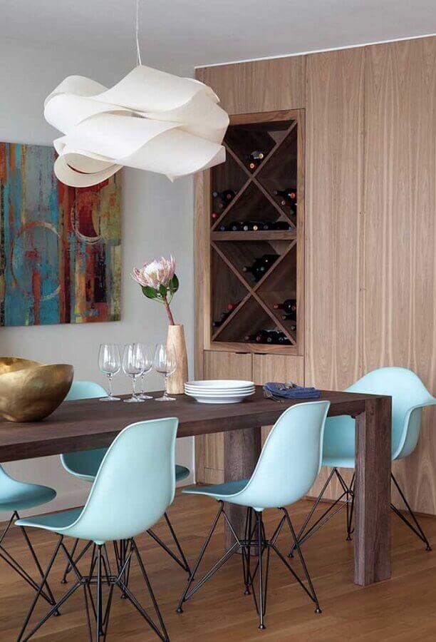 lustre de teto para sala de jantar decorada com mesa de madeira e cadeiras azuis Foto Pinterest