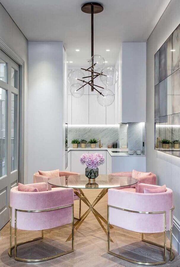 lustre de teto para sala de jantar decorada com mesa de vidro e cadeiras estofadas cor de rosa Foto Apartment Therapy