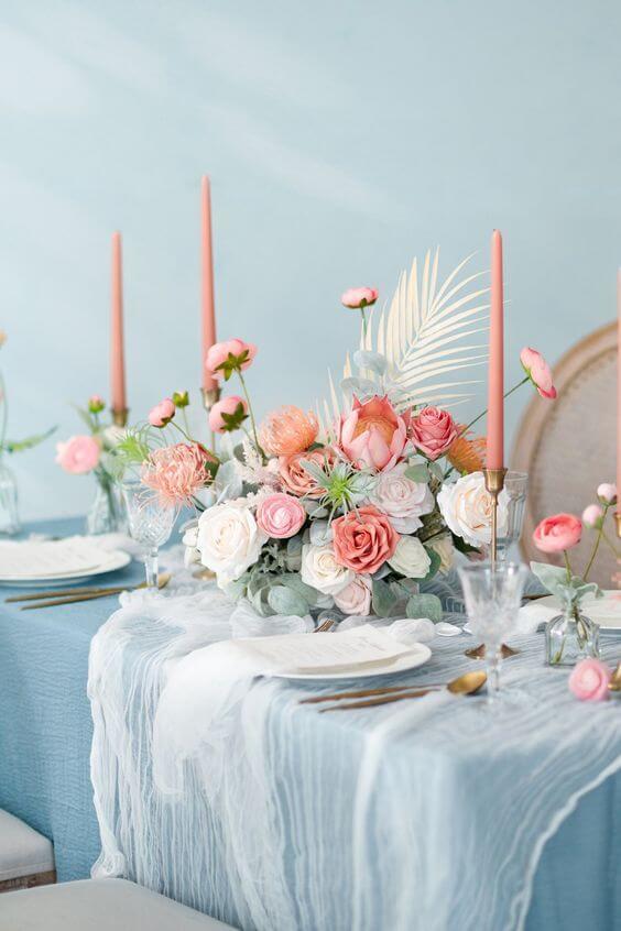 Mesa de jantar com mesa cor azul e cor pêssego