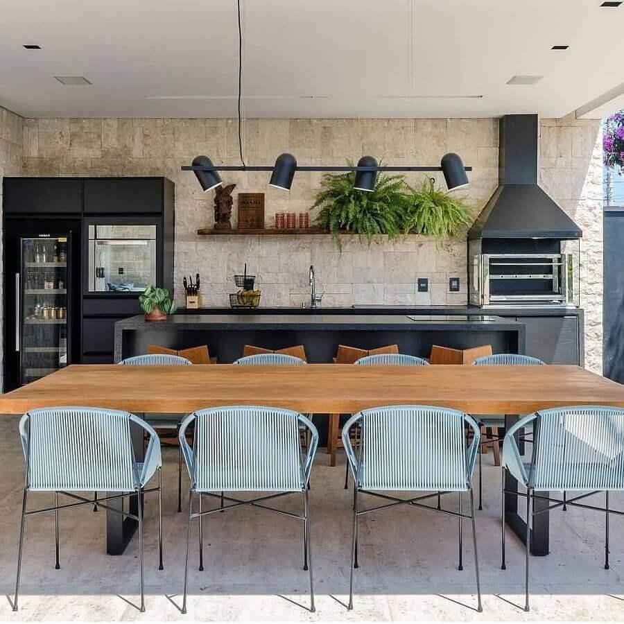 mesa de madeira para decoração de área gourmet com churrasqueira de vidro Foto Dicas de Mulher