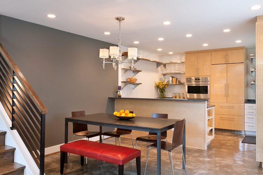 mesa preta com banco estofado vermelho para decoração de sala de jantar com cozinha americana  Foto Houzz
