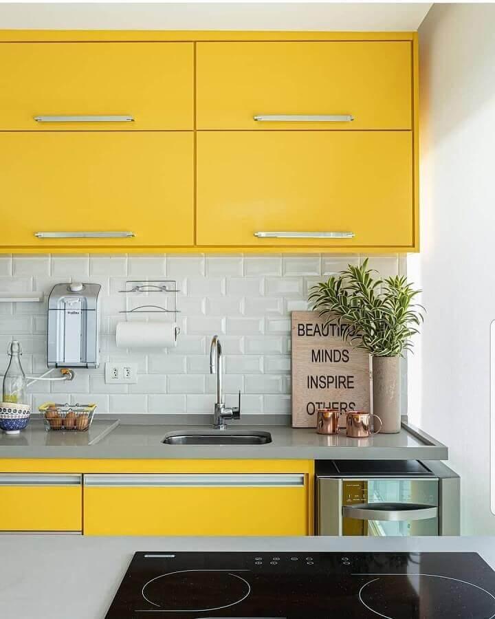 metro white para decoração de cozinha com armário suspenso amarelo Foto Pinterest
