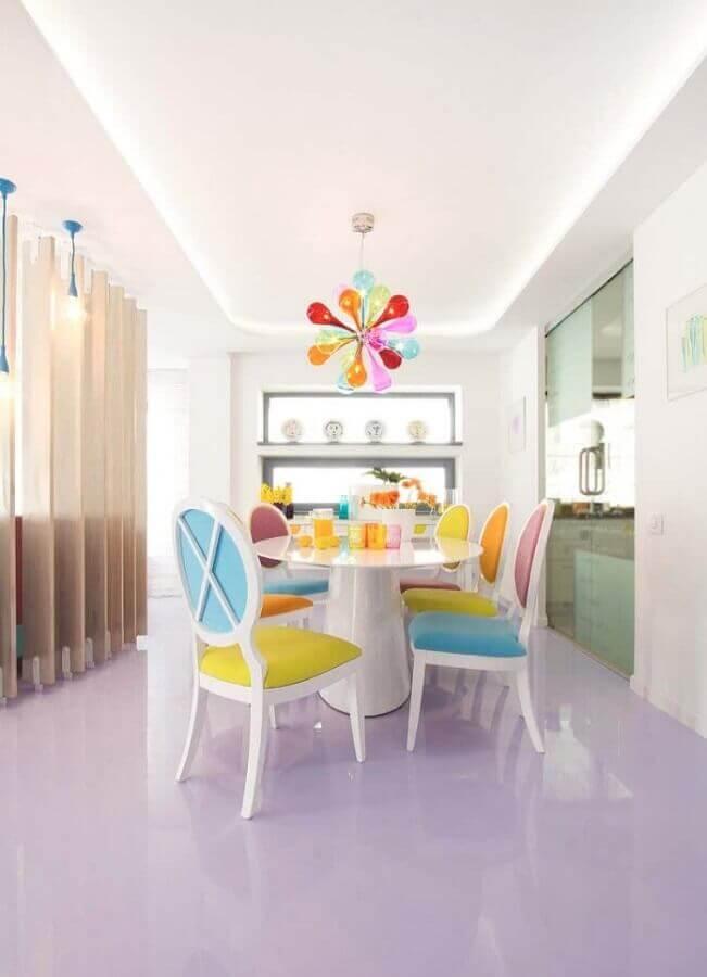 modelo colorido de lustre de teto para sala de jantar Foto Apartment Therapy