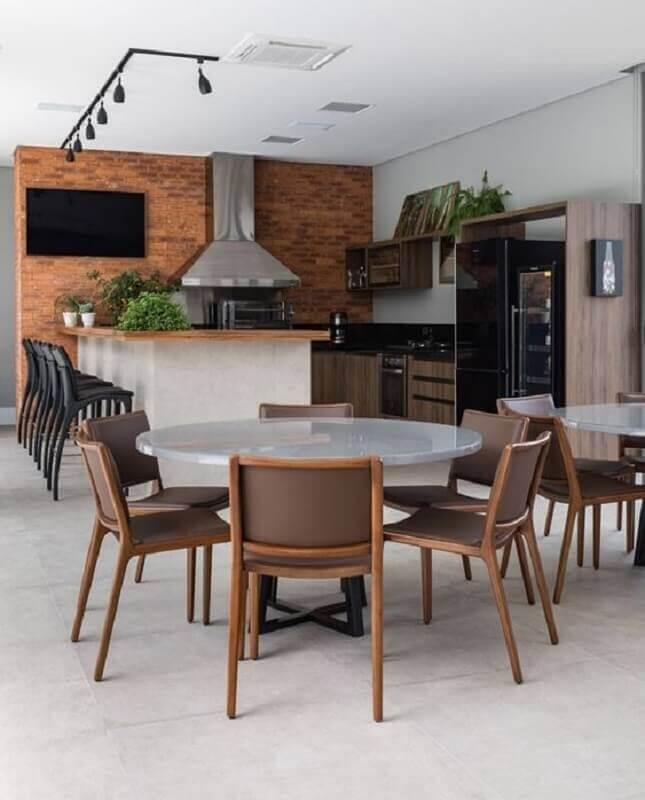 modelos de área gourmet com churrasqueira decorada com mesa redonda Foto Arkpad