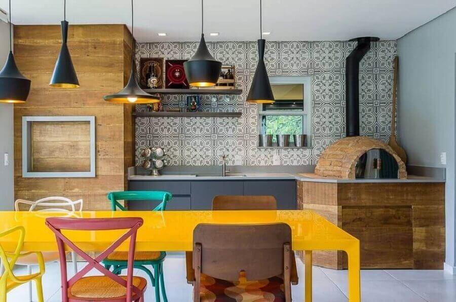 modelos de área gourmet com churrasqueira e forno de pizza decorada com cadeiras coloridas Foto Pinterest