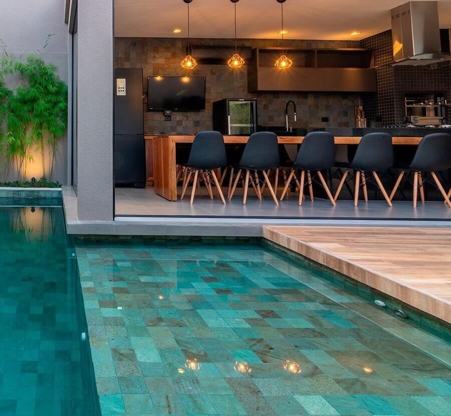 modelos de área gourmet com piscina decorada com cadeiras pretas Foto Pinterest